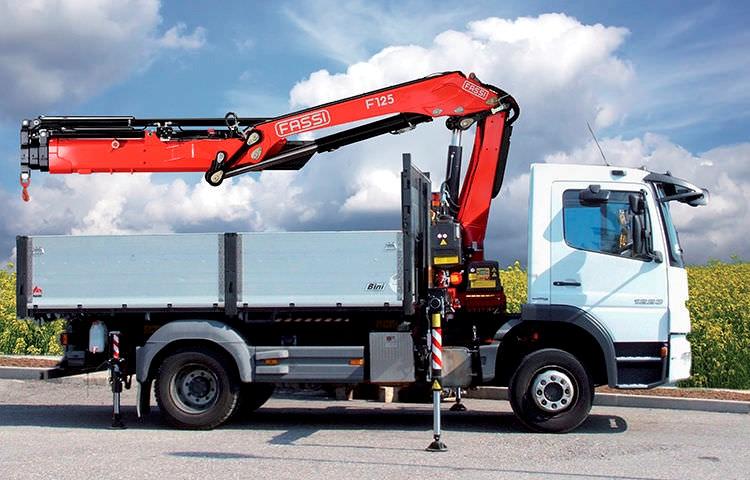 Operador de grúa hidráulica articulada sobre camión (grúa autocargante, camión pluma)